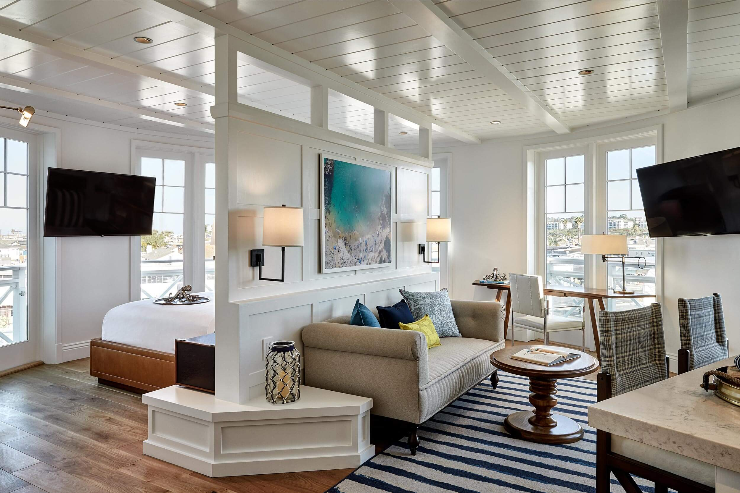 Rooms lido house newport beach for Hotel club decor